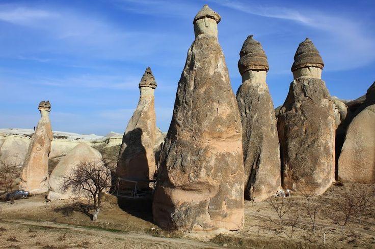 Aregião da Capadócia é um dos lugares mais emblemáticos do mundo, apresentando um conjunto de paisagens insólitas e enigmáticas. Situada num planalto com aproximadamente 1 000 m de altitude, a sua paisagem resulta da acção da Natureza ao longo de milhões de anos. Há 60 milhões de anos formou-se a cordilheira de Tauro, na Anatólia …