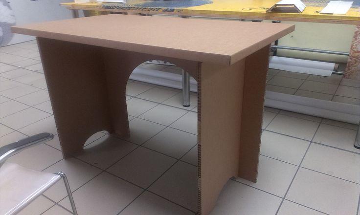 TAVOLO in cartone alveolare: primo prototipo, ancora in fase di studio. Il tavolo è formato da 4 pezzi, completamente componibile. In scatola di montaggio misura 70x120x7 cm