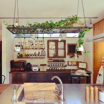 カウンターの上には、よく使うキッチンツールやコップ類を吊るすのが定番です。吊るすものも色味を揃えると統一感が生まれますよ。 ちょうど良い高さに吊るし棚や梁が無い場合は、ホームセンターで売っているような網棚を吊っても良いですね。