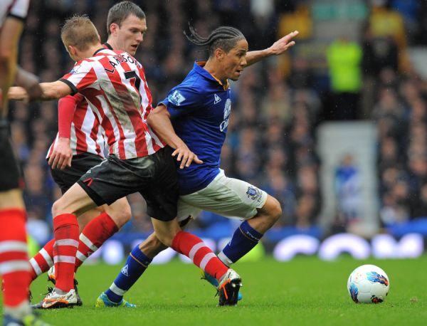 Evertons South African midfielder Steven Pienaar (R) vies with Sunderlands Swedish midfielder Sebastian Larsson (L) and English midfielder Craig Gardner (2nd L) during the English Premier League football match between Everton and Sunderland at Goodison Park in Liverpool, north-west England on April 9, 2012.