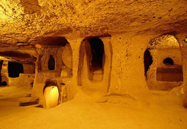 Derinkuyu yeraltı şehri     III. KAT Derinkuyu yeraltı şehrinin üçüncü katını yeraltı şehrinin tüm katlarına inen bir havalandırma bacası oluşturmaktadır. Ayrıca üçüncü katta bulunan bir tünelin 9 km. uzakta bulunan Kaymaklı yeraltı şehrine bağlandığı belirtilmektedir.Nevşehir