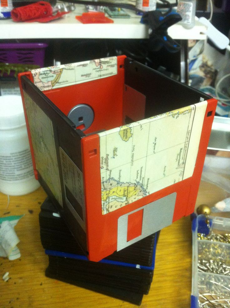 Old floppy disks + old map (+mod podge): voilá! For pens or whatever you want to put them. Looks pretty cool, don't you think?