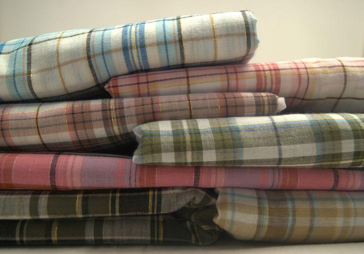 Paczka tkanin nr 2 Dziś prezentuje paczkę tkanin bawełny w kratkę lurex. Dokładną wielkość poszczególnych kawałków znajdziecie na zdjęciach. Zainteresowani? Zapraszamy do zakładki Tkanina Tygodnia, tam znajdziecie więcej produktów w dobrej cenie http://textilecity.pl/tkanina-tygodnia.html