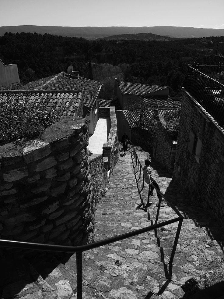 Escalier du village de #Roussillon - Vue du Petit Luberon - Village's stairs - View of the Little Luberon #Luberon #provence