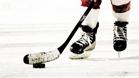 FAZĂ INCREDIBILĂ! Un jucător de hochei a rupt plasa porţii în partida cu Metallurg Magnitogorsk