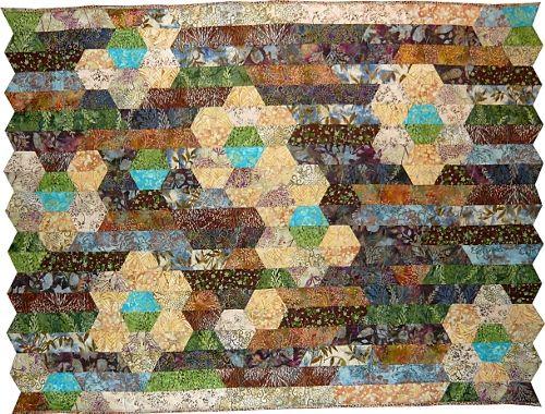 Quilt Surabaya (104 x 138 cm), réalisé avec un Quilt Roll de tissus batiks de 40 bandes. Ce modèle peut également être réalisé avec 2 Sushi Rolls. Explications détaillées dans le livre: Créez en Rolls.