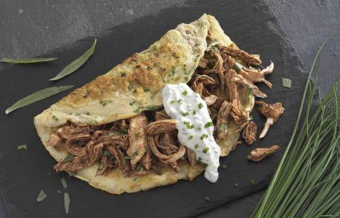 Æggewrap fyldt med kyllingekød, der er krydret med røget paprika og frisk estragon. Et lækkert frokostmåltid beregnet til Dukan Kurens fase 1, angrebsfasen.
