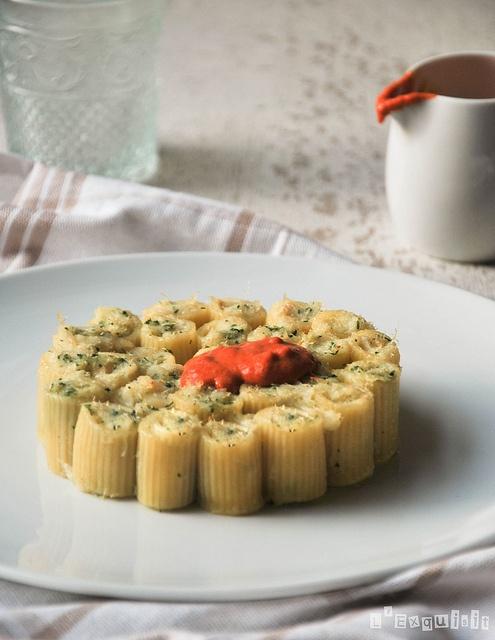 Pasta rellena de brandada de bacalao con crema de piquillos