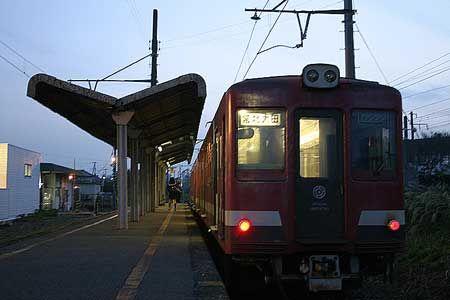 次の列車が到着した。数人の乗客を降ろすと、無人の列車だけがホームに残った。2004/11 鮎川駅 日立電鉄常北太田行(2000形)© 2010 風旅記(M.M.) 風旅記以外への転載はできません...