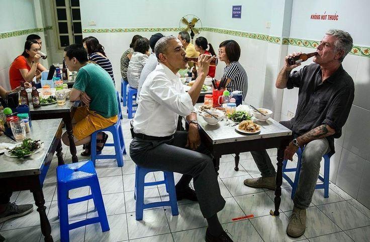 (Hanoi) Seguramente cuando abrieron este bolichito sobre la calle Van Huu, las hermanas Hương Liên, jamás se imaginaron que 20 años después el presidente de Estados Unidos se sentaría en una de las sillitas de plástico para almorzar su Bun Cha. Pero sucedió. La semana pasada, 5 décadasdesdela sangrienta Guerra de Vietnam, Anthony Bourdain compartió …