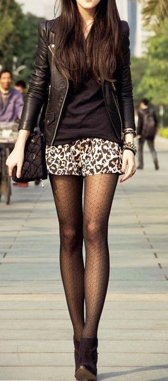 Acheter la tenue sur Lookastic: https://lookastic.fr/mode-femme/tenues/veste-motard-t-shirt-a-col-en-v-minijupe-bottines-collants/3963 — Veste motard en cuir noire — T-shirt à col en v noir — Minijupe imprimée léopard brune claire — Collants noirs — Bottines en daim noires