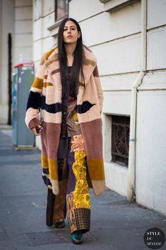 70´s Style: Zu unserer Freude bleibt im Sommer der 70-er Jahre Trend erhalten. Schlaghosen, bohemian Wala Wala-Kleider mit Hippy-Charme sind nach wie vor angesagt. Eigentlich waren Kleider im Vintage-Look für uns nie wirklich out gewesen!