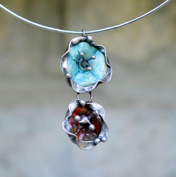 Květinová+vůně+Keramické+květiny+bledě+modré+a+hnědočervené+barvy+byly+použity+pro+výrobu+tohoto+přívěsku.+Bledě+modrá+květina+-+průměr+2,5+cm+Červenohnědá+květina+-+průměr+2cm+Celkově+velikost+šperku+2,5+cm+x+5+cm.+Zavěšen+je+na+obruči.+Dle+přání+může+být+vyměno+za+řetízek,+kožený+řemínek.+ZPŮSOB+ZPRACOVÁNÍ:Šperk+jeručně+pocínován...