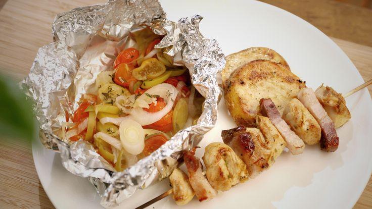 Een overheerlijke konijnenbrochettes, groenten in papillot en aardappel op de barbecue, die maak je met dit recept. Smakelijk!