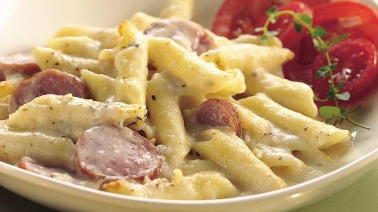 Les saucisses fumées et le fromage se marient parfaitement dans ces pâtes…