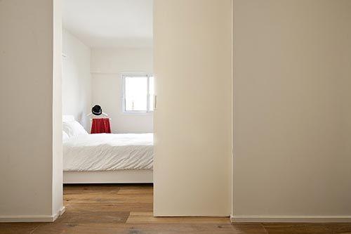 Kleine minimalistische slaapkamer | Interieur inrichting Schuifdeur