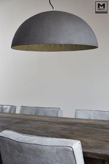 Een strakke keuken? Helmaal gaaf juist met een oude tafel en onze lampen van…