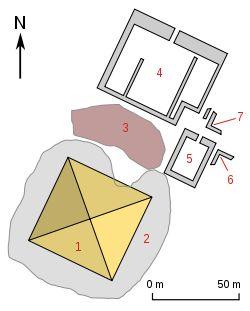 Reconstrucción complejo piramidal de Ahmose (artífice de la reunificación con él se introduce un nuevo concepto de monarca-guerrero) Abydos, Din. XVIII. R.Nuevo. Última pirámide egipcia. No se construyó como tumba sino como cenotafio. Única pirámide real construida en Abydos. Asociada al culto funerario de Osiris. Junto a la pirámide, el templo funerario decorado con bellos relieves bélicos. El templo tiene un patio central columnado precedido por una antesala y un muro o pilono de…