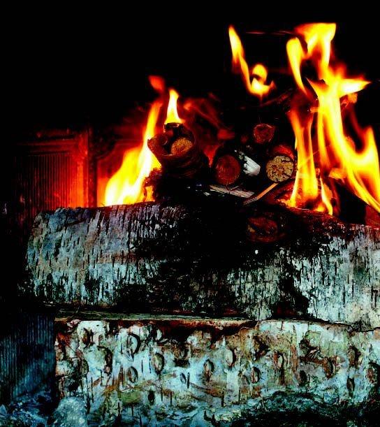Fyring fra toppen er en god metode for moderne pejseovne, som har lufttilførsel øverst. Brændet lægges tæt og antændes med et lille bål ovenpå.