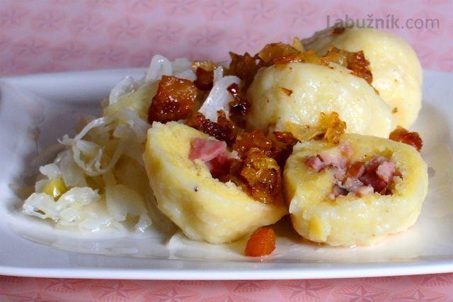 Plněné bramborové knedlíky anglickou slaninou se zelím
