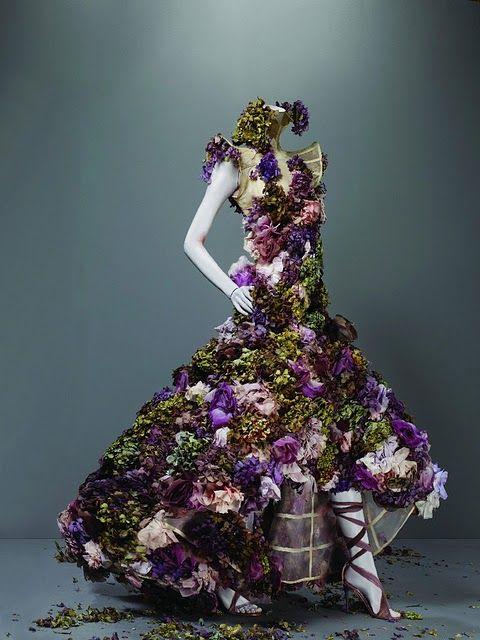 Alexander McQueen - la fameuse robe qui se désintègre en jaillissements de fleurs au fur et à mesure de la marche