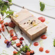 Pressé de foie gras du Sud-Ouest et anguille fumée vinaigrette de petits pois & jus de fraises