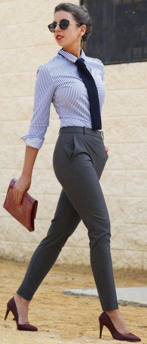 Outfit de oficinañ. Chica usando un pantalón de vestir, camisa blanca y corbata