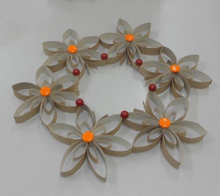 Corona navide a con rollos de papel higi nico - Decoracion navidad papel ...