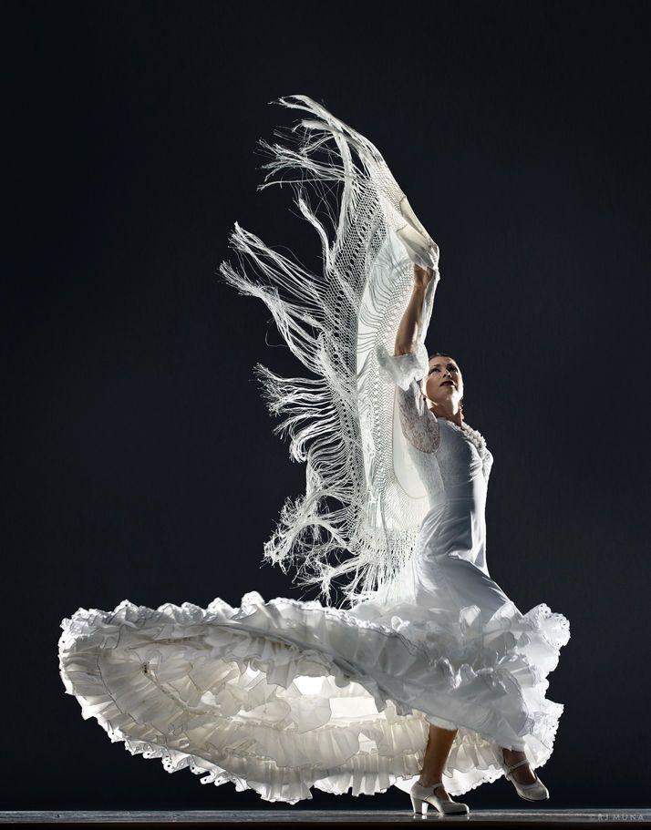 In deze foto krijg je beweging doordat de jurk opzwiert en de sliertjes van haar jurk ook. Je weet ook dat ze bewoog op het moment van de foto