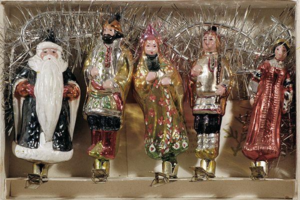 Набор елочных игрушек начала 1950-х годов на тему русских сказок, изготовленный на Московском заводе елочных украшений