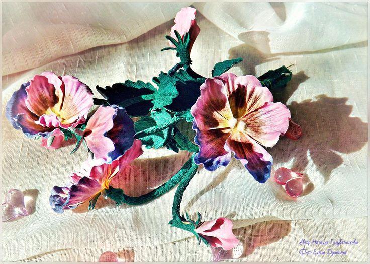Яркий букетик Анютиных Глазок выполнен из ткани . Добавит яркости и летнего настроения в дизайн Вашей комнаты.