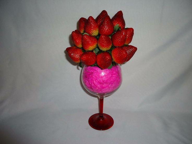 SIMPLE BEAUTY!  Deliciosas fresas al natural y sorpresa de chocolates dentro. $59.900.