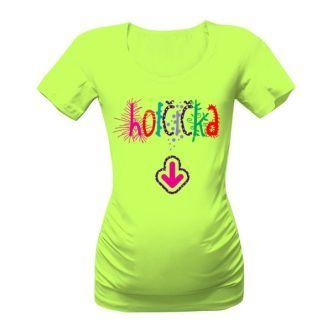 Těhotenské triko s nápisem Holčička. Po stranách ho doplňuje atraktivní řasení, které nejenže pěkně vypadá, ale také umožňuje pohodlné oblékání po celé období těhotenství. Krásně se totiž přizpůsobí i velkému bříšku.