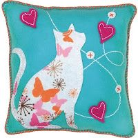 What a great kitty pillow! LOVE!:) - Would look cool made with any material - not just felt. Sweet and Easy Sewing idea - would look good on a purse design too:) Felt Craft Kits - Cat pillow #cat #DIY
