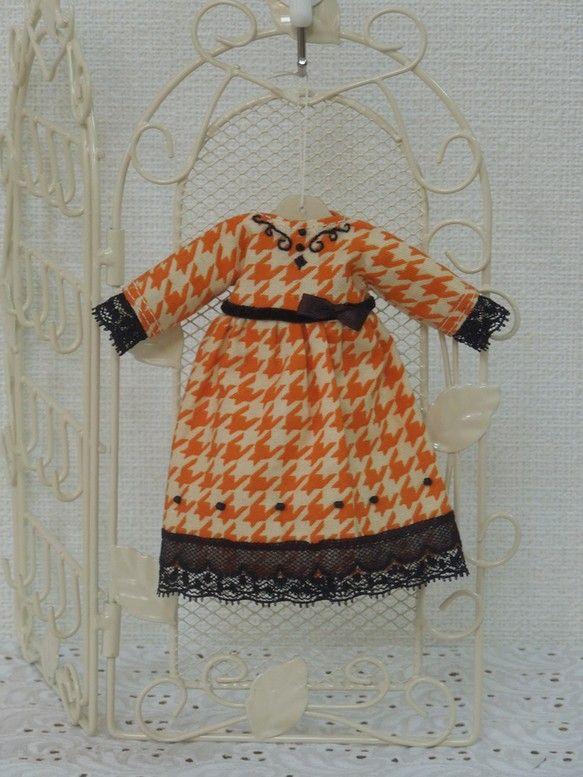 木の着せ替え人形の着せ替え衣装です。ちょっと古風なパーティードレスができあがりました。クリスマスの朝は、このドレスを着て、七面鳥料理をいただくのかな?|ハンドメイド、手作り、手仕事品の通販・販売・購入ならCreema。