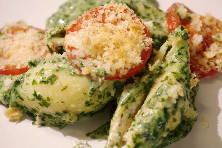 Gevulde pastaschelpen met gerookte zalm, ricotta en spinazie