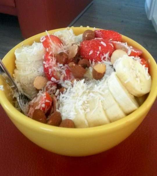Quinoapap met aardbeien, banaan en amandelen