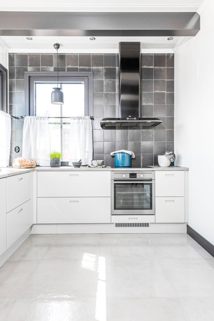 Keittiön seinässä Via Emilia nero 20x20 cm ja lattiassa Res-Cover beton kiiltävä K60x60. #pukkilalaatat #pukkila