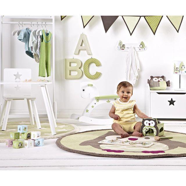 """""""Jollyroom  Kids Concept  Dags att piffa upp barnrummet? Skapa en fantasifullare miljö med Kids Concepts fina och lekvänliga möbler. Grönt är skönt, eller vad säger ni?  #jollyroom #jollytips #kidsconcept #barnrum #grönt #barninredning  900081 Kids Concept Paket Bord & Stolar 414812 Kids Concept Gunghäst Star Grön 134299 Kids Concept Vimpelslinga 127721 Kids Concept Stickad Kudde Pumpkin Grön 106099 Kids Concept Kista Star Vit 400832 Kids Concept"""