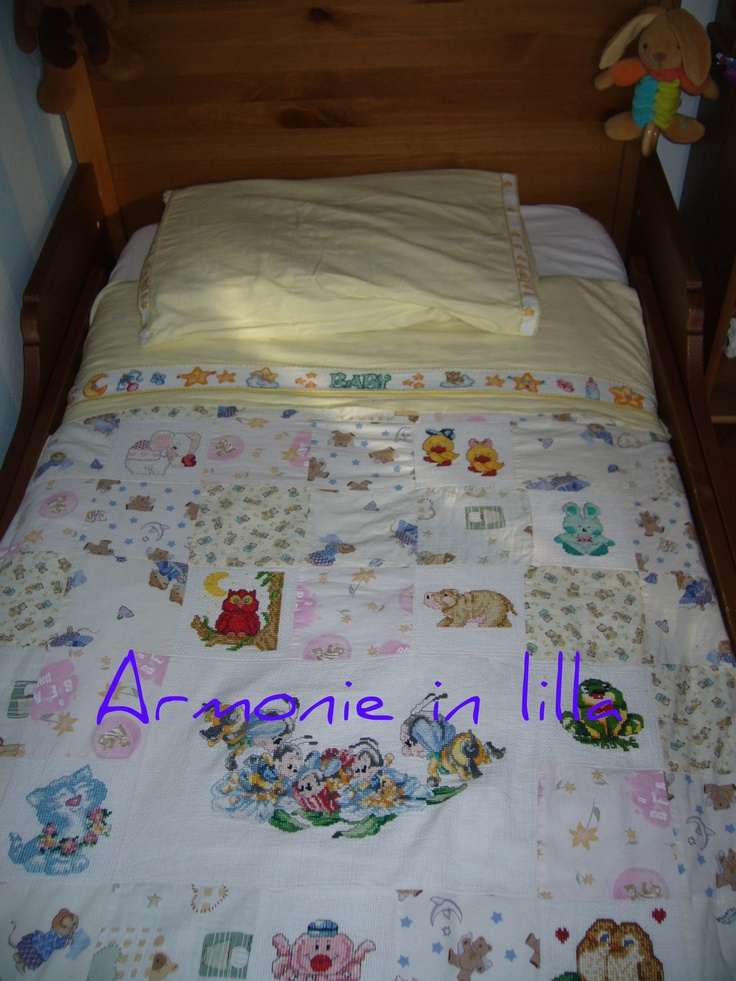Copripiumone in patchwork con inserti ricamati a punto croce Patchwork duvet inserts with embroidered cross-stitch