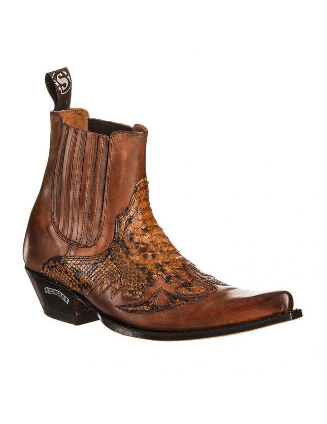 """SENDRA 9396P JAVI BOTTES COUNTRY POUR HOMME Un look racé pour ces bottes western en python offrant de saisissants contrastes de brun. Le talon biseauté, l'empeigne en cuir de python, les flammes de cuir ton sur ton et le bout nez de requin : tous les codes de la santiag pour cette très belle botte basse. Existent aussi en noir. """"Ces boots en peau de serpent sont le symbole de mon individualité et de ma croyance en ma liberté personnelle ! Non mais sans blague, quel bonheur, des chaus..."""