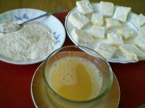 Снимка 2 от рецепта за Паниран кашкавал....30 dakika bırakın ve kızartma yaparken damla yok.  peynir daha sonra un reaksiyon soğuk su dolu bir beher içinde daldırılmıştır. kalınlıkta yaklaşık 1 cm parçalar halinde kesilir ve son olarak yumurta dövüldü.  parçaları her iki tarafta altın kadar önceden ısıtılmış yağda kızartılır.  Fried Kaşka meze ve ana yemek olarak servis edilebilir.