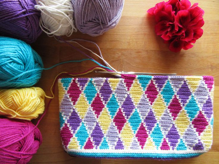 After the Granny Square and the Chevron here goes the Tapestry Crochet version of another crochet classic: the Harlequin!