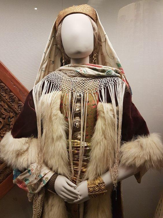 1edd5d71731f Γυναίκα με παραδοσιακή νυφική ενδυμασία του Καστελόριζου. Αθήνα ...