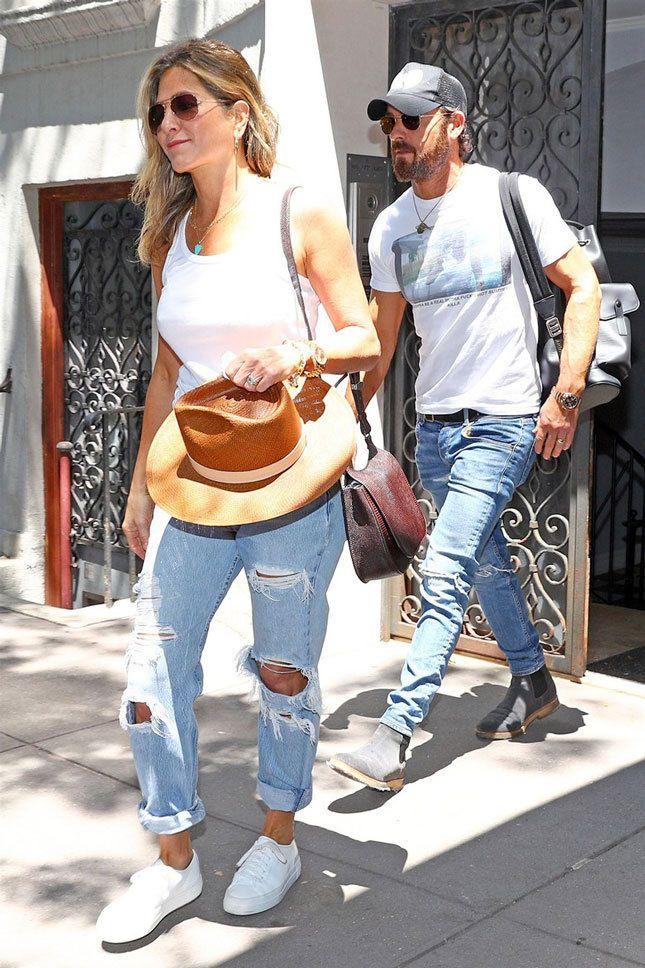 Дженнифер Энистон и Джастин Теру с рюкзаком Supreme x Louis Vuitton в Нью-Йорке