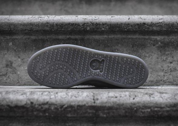 OStan Smith é um dos tênis mais emblemáticos da Adidas, a cada ano, novos modelos são reinventados, incluindo esta última coleção, a charcoal. A oferta elegante apresenta uma camurça suave, forração de couro, guia de couro no