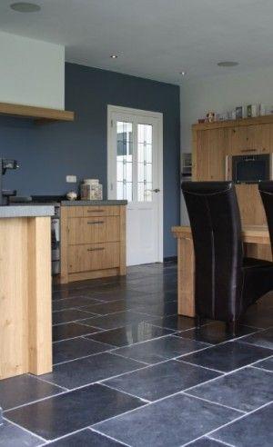 Mooie landelijke keukenvloer, desert black Leisteen, door Natuursteen Meterik.