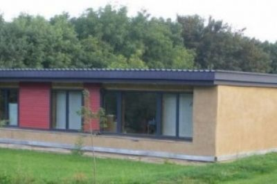 Un arhitect braşovean pe nume Bogdan Mureşean a reuşit să aducă în România un concept care este deja folosit pe scară largă în America şi este pentru toate buzunarele. Acesta proiectează locuinţe din baloţi de paie, preţul caelor este doar de 1.000 de euro. Anul acesta va construi prima casă de 1000 de euro la Şoncuta Mare în Baia Mare.