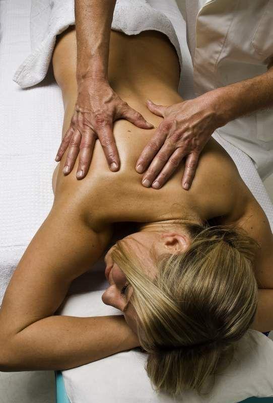 Die folgende Anleitung zur Ganzkörpermassage beschreibt die Stimulation der Körpervorderseite und -rückseite. Die Ganzkörpermassage dauert etwa 60 Minuten.