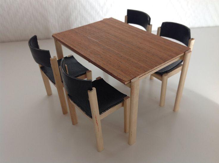 Dockhusmöbler - 60-tal - matsalsbord med fyra stolar